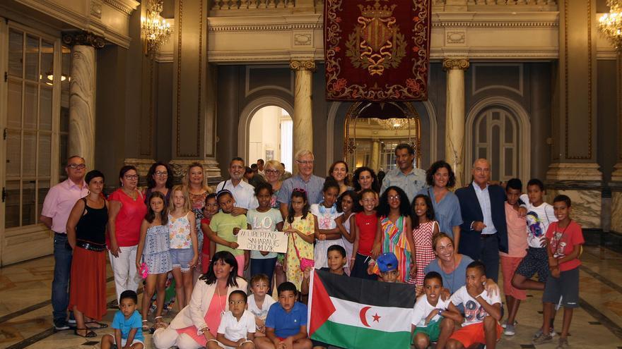 El alcalde de València, Joan Ribó, y otros miembros del Ayuntamiento en la recepción a los niños saharahuis