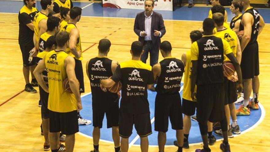El entrenador Txus Vidorreta dando una charla a sus jugadores. (Twitter oficial Iberostar Tenerife).