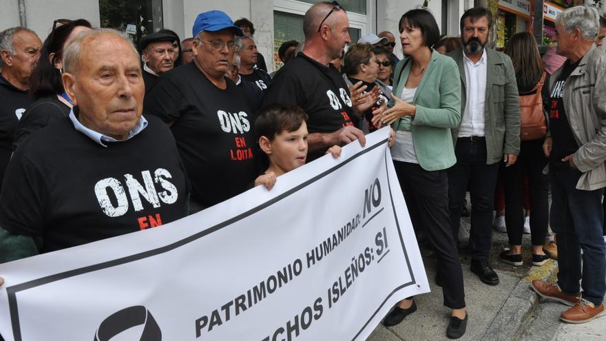 Vecinos de Ons frente al Parlamento gallego con las camisetas vetadas por el PP, acompañados por Ana Pontón y Luís Bará (BNG)