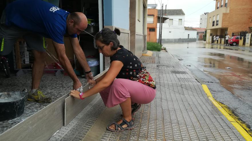 Los vecinos se preparan para la crecida del agua en Almoradí