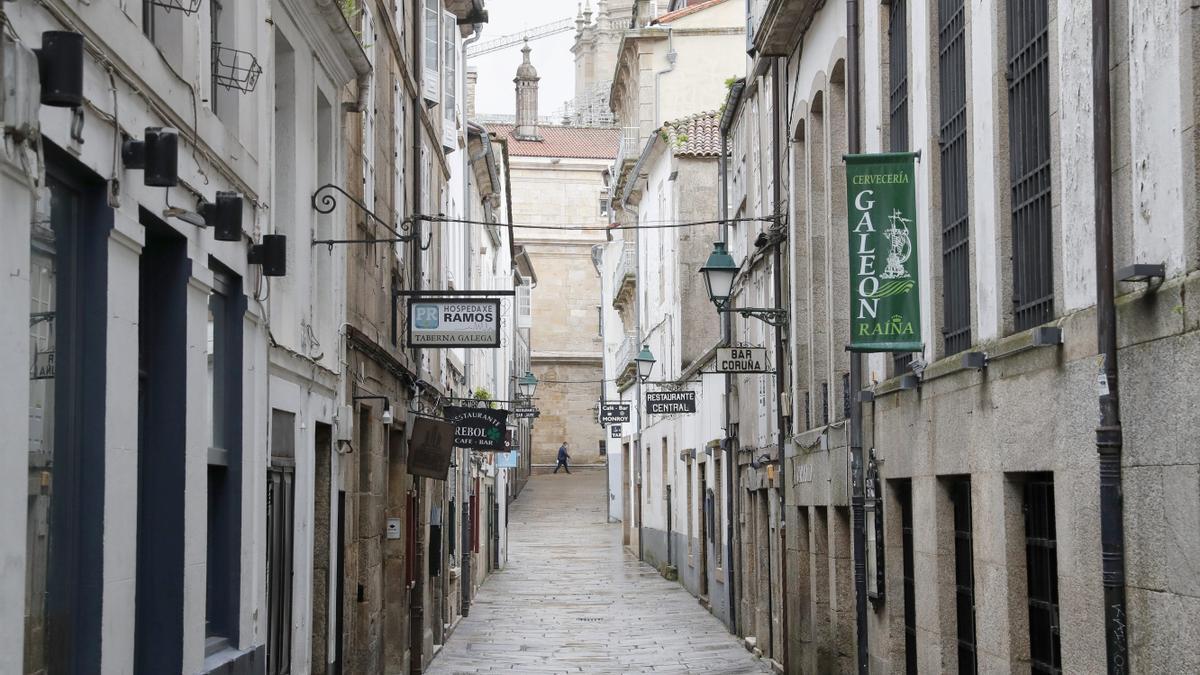 Vista de las calles vacías del casco histórico este jueves en Santiago de Compostela.