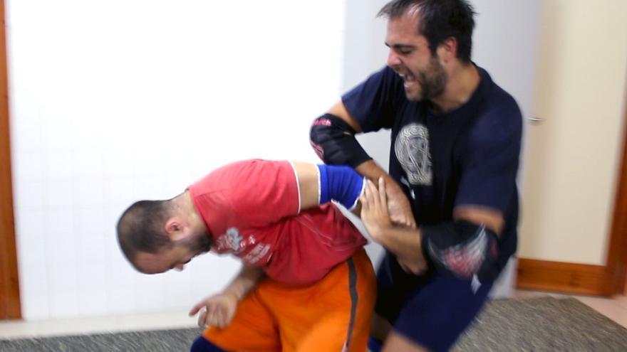 Óscar Pérez y David Aguilar practicando llaves de lucha libre