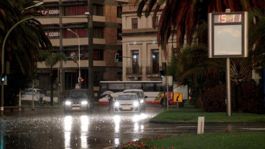 En la imagen, a primera hora de la mañana de este martes, la Plaza de la Constitución de Santa Cruz de La Palma, empapada por la copiosa lluvia. Foto: JOSÉ AYUT.