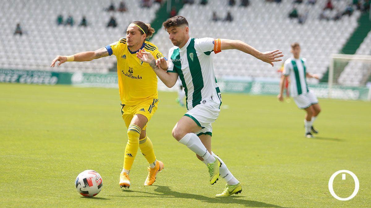 Javi Flores, en el duelo con el Cádiz B