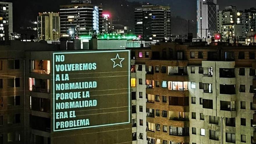 Un anuncio de ánimo en la fachada de un edificio.