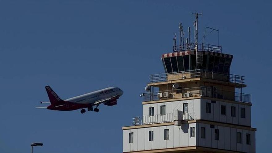 Un avión despega desde el Aeropuerto de Los Rodeos.