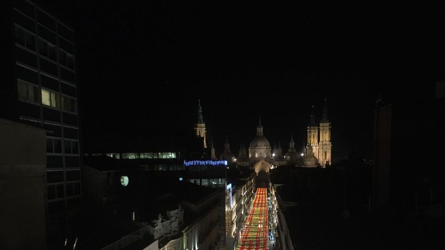 La calle Alfonso luce un manto de iluminación LED de 470 metros con los colores de España