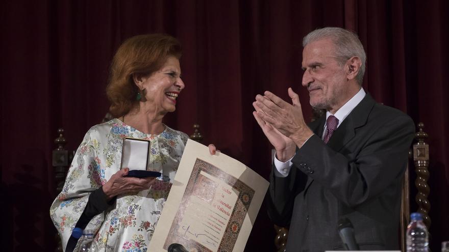 Carmen Alborch recoge la medalla de la Universitat de València