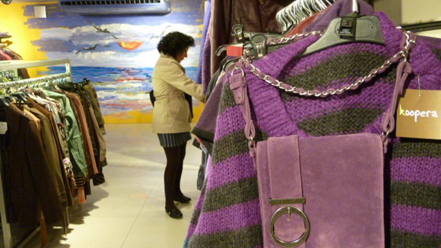 Una mujer compra en una de las 13 tiendas de la red Koopera