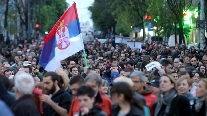 Continúan las protestas contra autoridades serbias, pero con menos asistencia