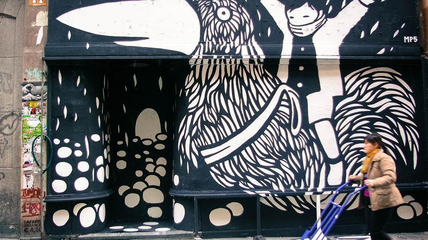 Mural recién pintado por la artista italiana MP5 en la puerta del Patio Maravillas en 2013, que recientemente ha demostrado su gran respaldo social en la conmemoración de su séptimo aniversario. Foto: Gaelx CC BY-SA
