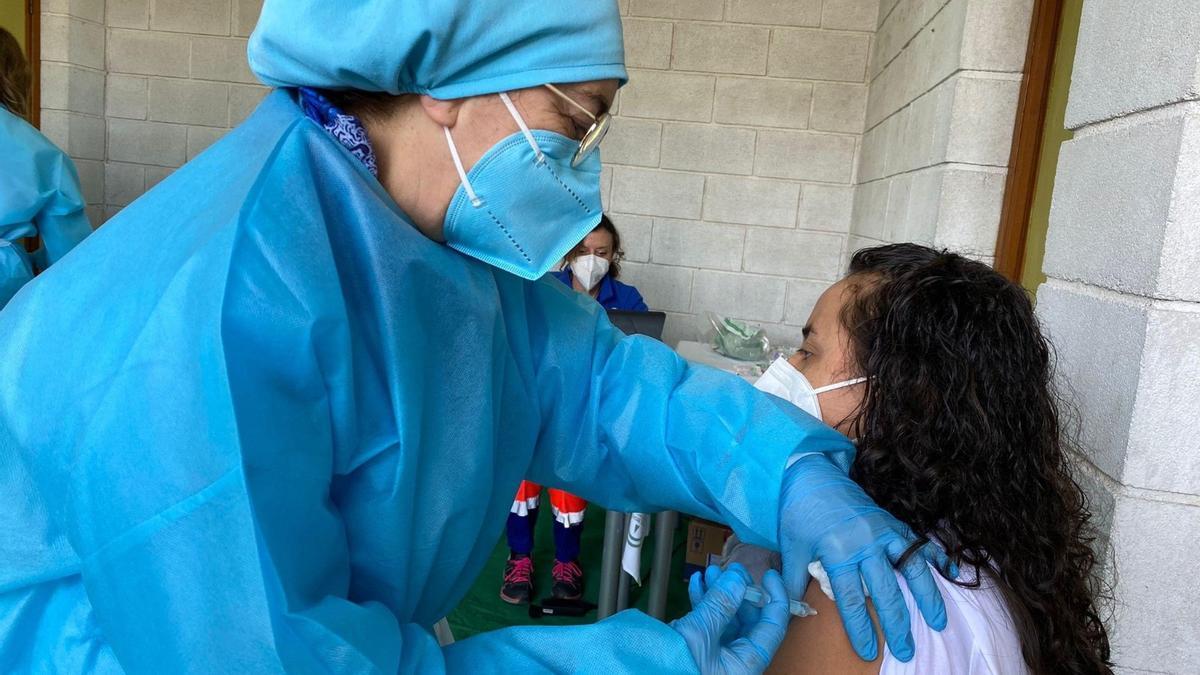 Una enfermera vacunando en la zona sur de la provincia de Córdoba