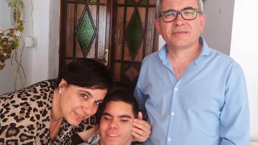 Juan Luis y sus padres en su casa de Escacena tras terminar la reunión con la Junta.