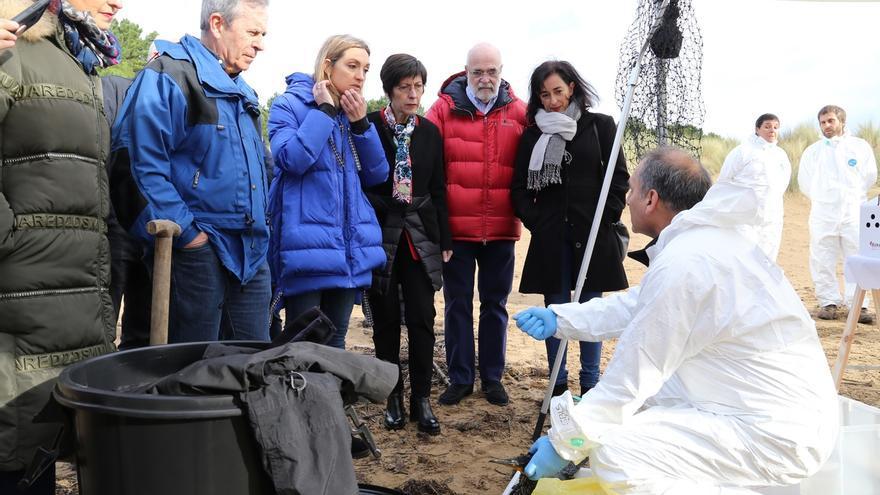 Un centenar de personas participan en un simulacro de contaminación marina en las playas de Gorliz y Plentzia