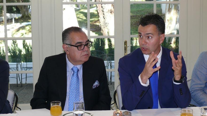 José Carlos Francisco, presidente de CEOE-Tenerife, junto a Héctor Gómez, candidato del PSOE al Congreso por la provincia tinerfeña