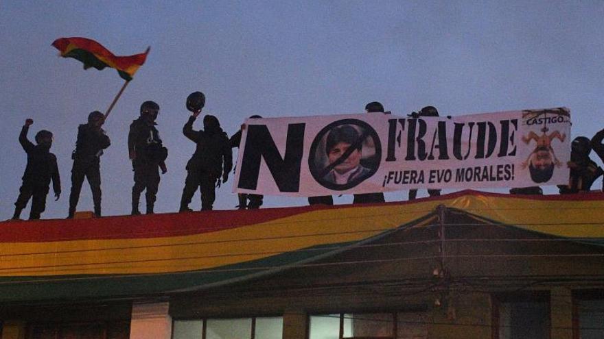 Policías de La Paz se repliegan en una unidad cercana a la sede del Gobierno