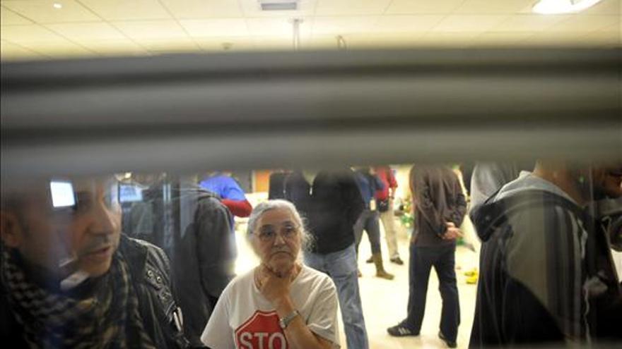 Los antidisturbios desalojan un encierro en un banco / EFE