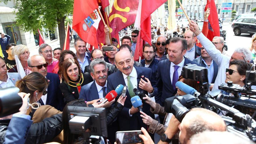 Revilla y Mazón atienden a los medios en el exterior del Congreso de los Diputados en Madrid.
