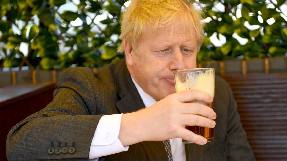 El primer ministro británico, Boris Johnson, visita una taberna al aire libre en Wolverhampton tras la apertura de los espacios exteriores de la hostelería a mediados de abril.