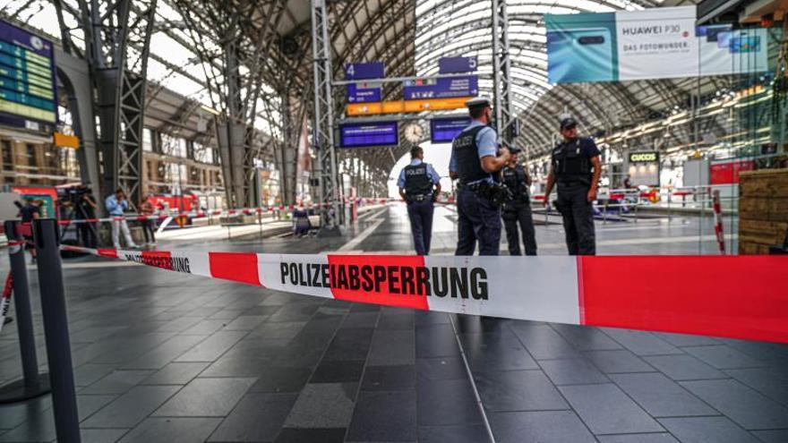 Muere un niño tras ser arrojado a una vía y atropellado por un tren en Alemania.