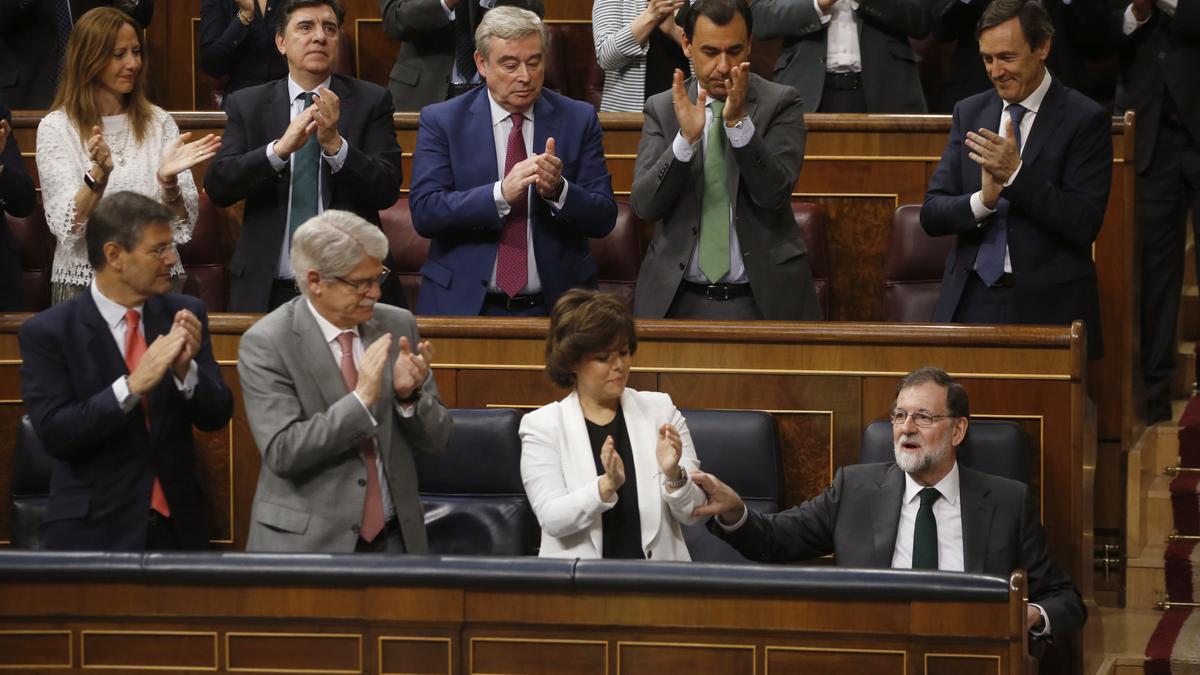 Los diputados del PP aplauden a Rajoy tras triunfar la moción de censura contra él en mayo de 2018.