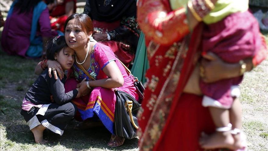 Nepalíes corren en busca de un espacio abierto durante un nuevo seísmo de 7,4 registrado hoy en Sankhu, a las afueras de Katmandú (Nepal). EFE