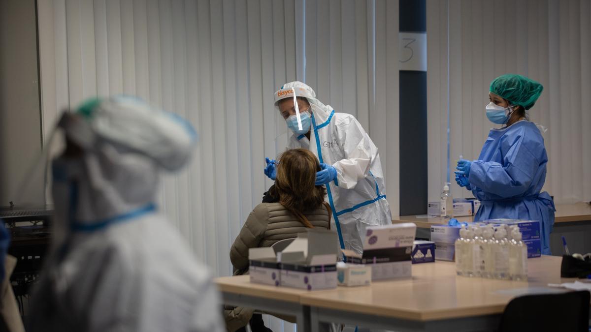 Una mujer recibe una prueba PCR