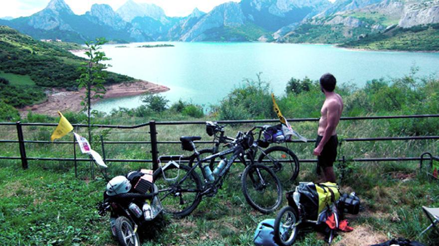 La bicicleta de montaña nos permite recorrer grandes extensiones de terreno, permitiendo soportar peso gracias a su robustez.