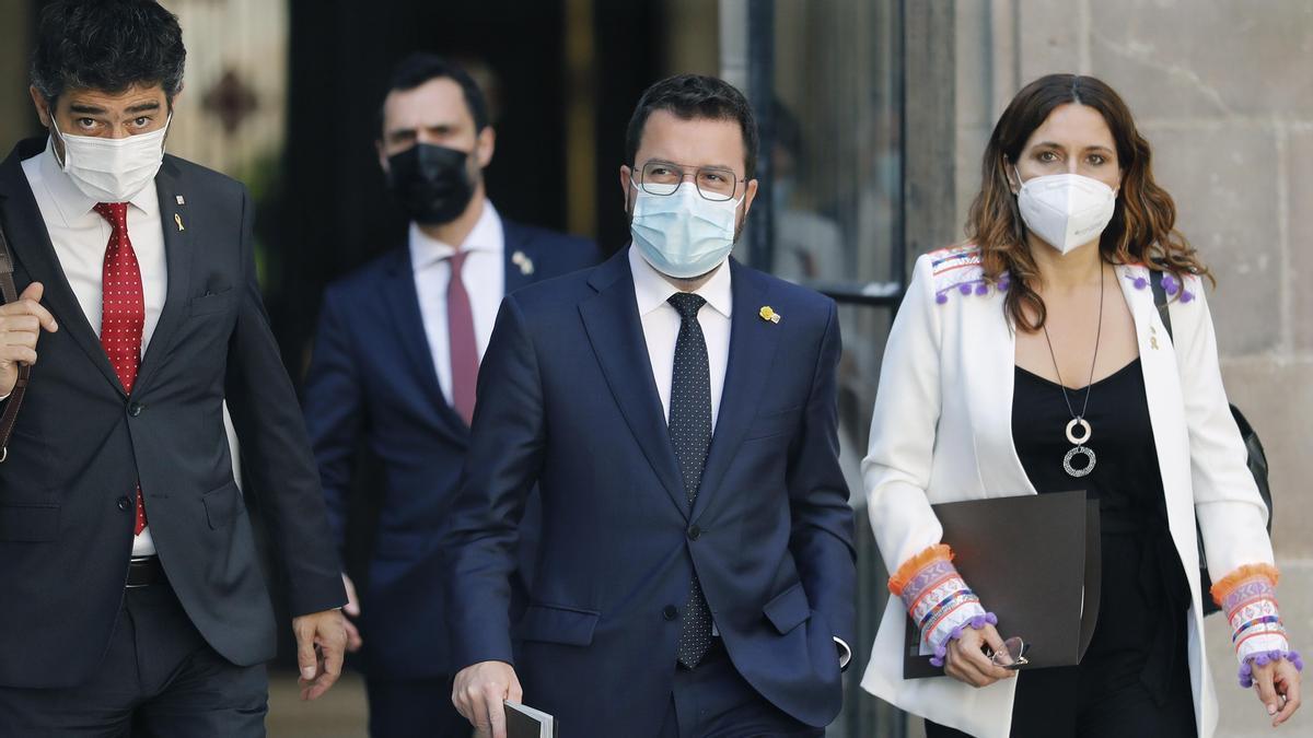 Pere Aragonès, acompañado por la consellera de la Presidencia, Laura Vilagrá, y por el vicepresidente Jordi Puigneró, a su llegada a la reunión del Govern.