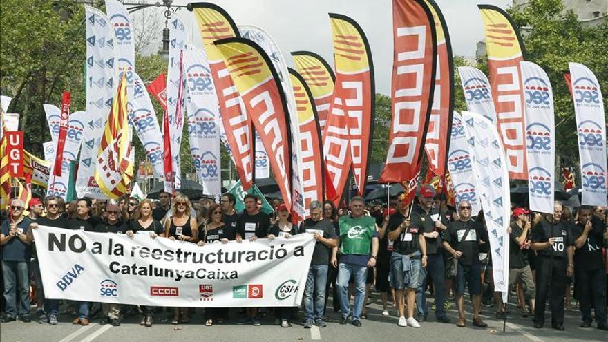 Miles de empleados de CatalunyaCaixa se manifiestan en contra del ERE