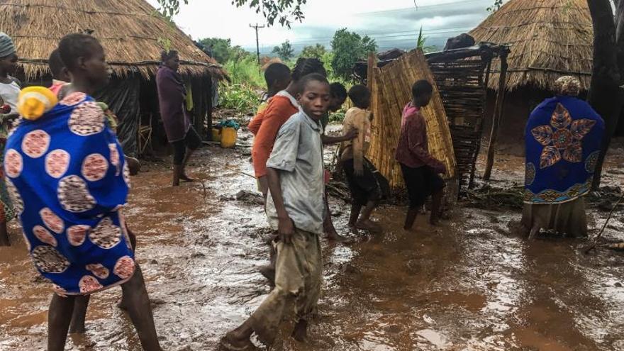 Habitantes de Chiluvi, una aldea del centro de Mozambique, caminan este lunes por una calle cubierta de lodo tras el paso del ciclón Idai.