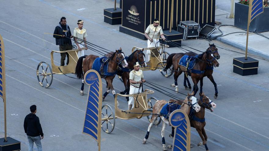 Momias de 22 faraones desfilarán en carruajes por El Cairo
