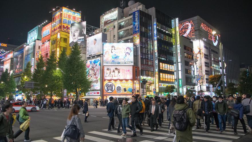 Neones en Akihabara. Este lugar es famoso por sus tiendas de tecnología y la insólita cultura otaku. pohjolanpoluilla