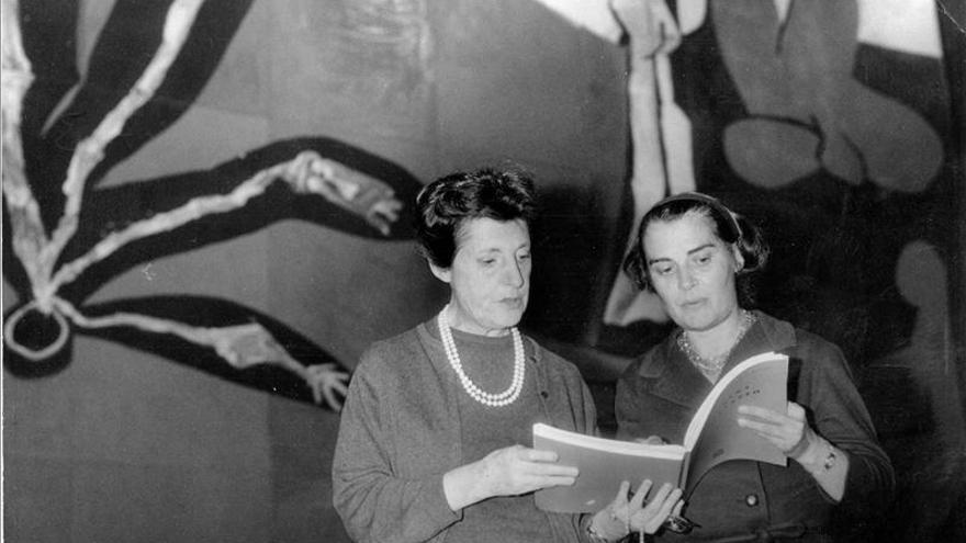 Pilar Primo de Rivera, a la izquierda.