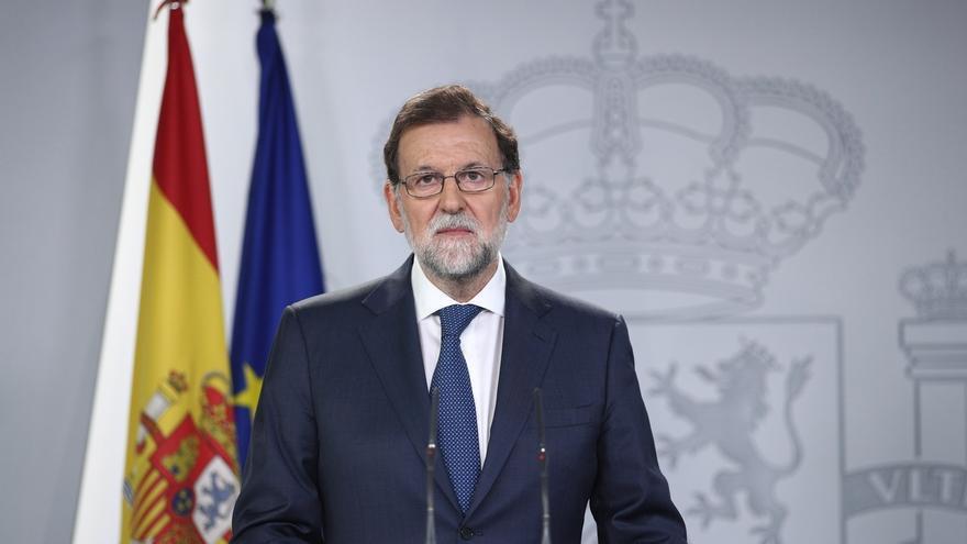 """Rajoy advierte a Puigdemont que hará todo lo necesario """"sin renunciar a nada"""" para defender la democracia"""