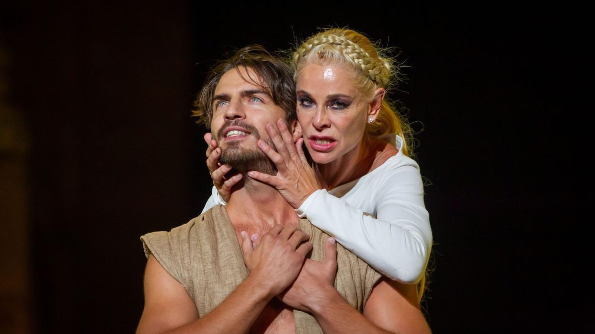 Belén Rueda y Maxi Iglesias en la representación de 'Penélope' el año pasado en Mérida