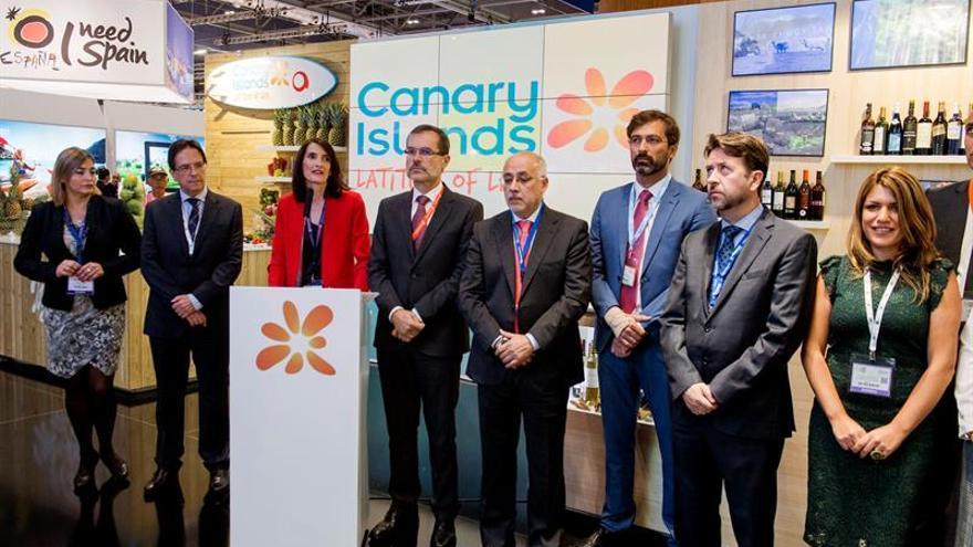 Fotografía facilitada por el Gobierno de Canarias de la consejera de Turismo, Cultura y Deportes del Gobierno de Canarias, María Teresa Lorenzo (3i), durante la inauguración del pabellón de Canarias en la feria turística World Travel Market (WTM) .EFE/