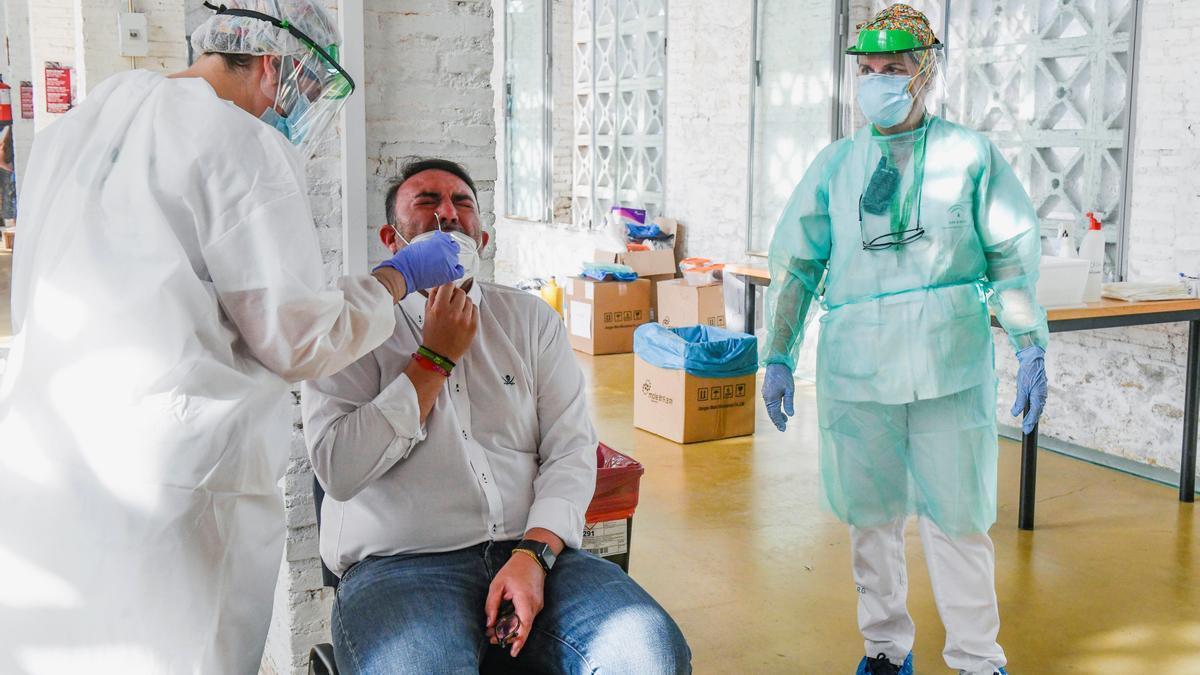 Un vecino se somete a una prueba PCR. EFE/Miguel Ángel Molina/Archivo