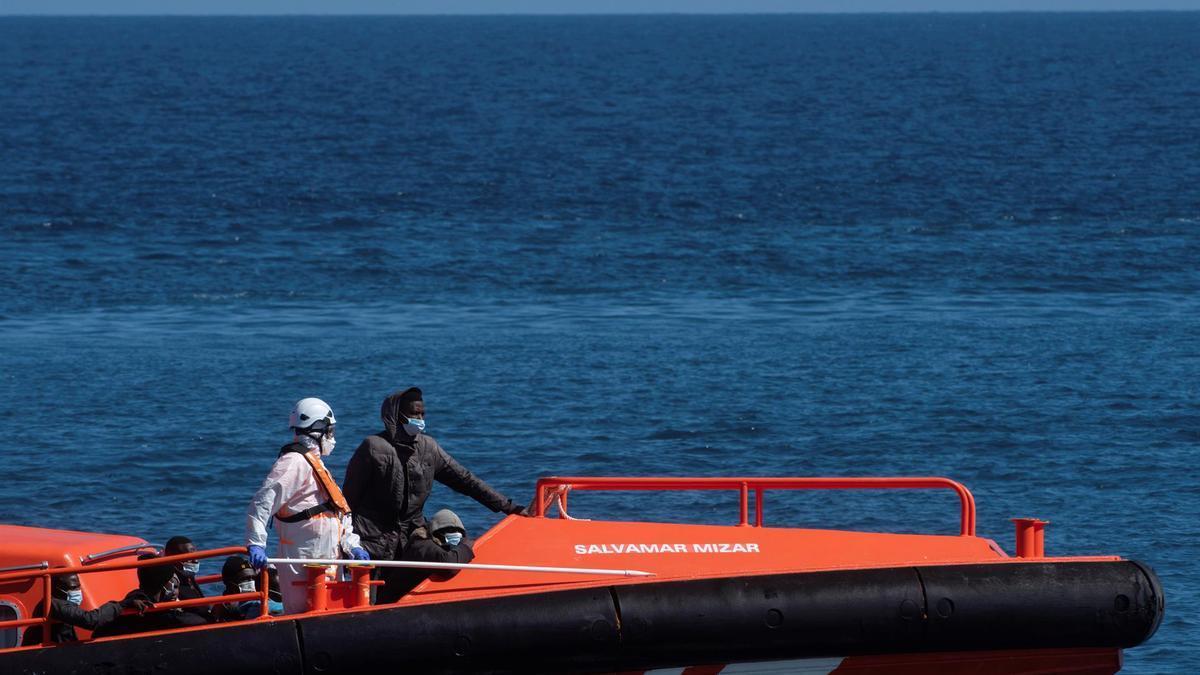 Embarcación de Salvamento Martítimo trasladando migrantes rescatados a Fuerteventura. EFE/ Carlos De Saá