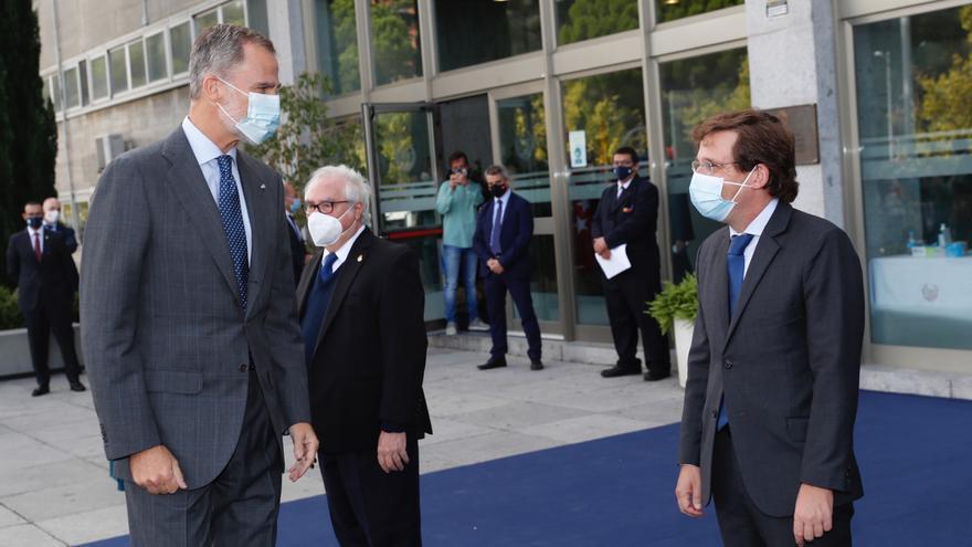 El Rey Felipe VI (i) saluda al alcalde de Madrid, José Luis Martínez-Almeida (1d).