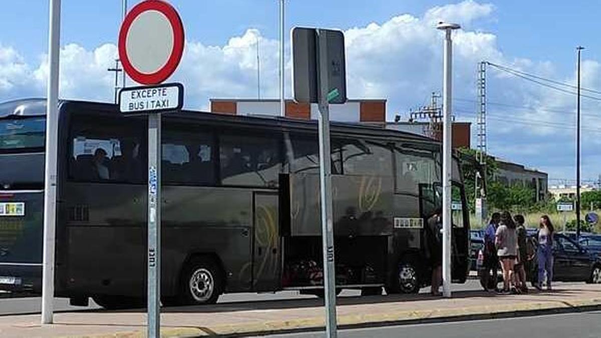 Usuarios de Renfe desplazados por autobús en la estación de Castelló al cancelarse el servicio ferroviario.