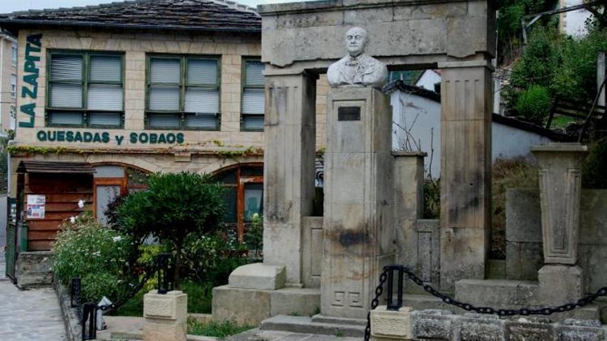Además de médico y cirujano, Madrazo se interesó por la sociología, la literatura y la pedagogía. En 1910 abrió las Escuelas Públicas y Laicas en Vega de Pas, donde puso en práctica su modelo pedagógico. En la foto, monumento al doctor Madrazo en Vega de Pas.