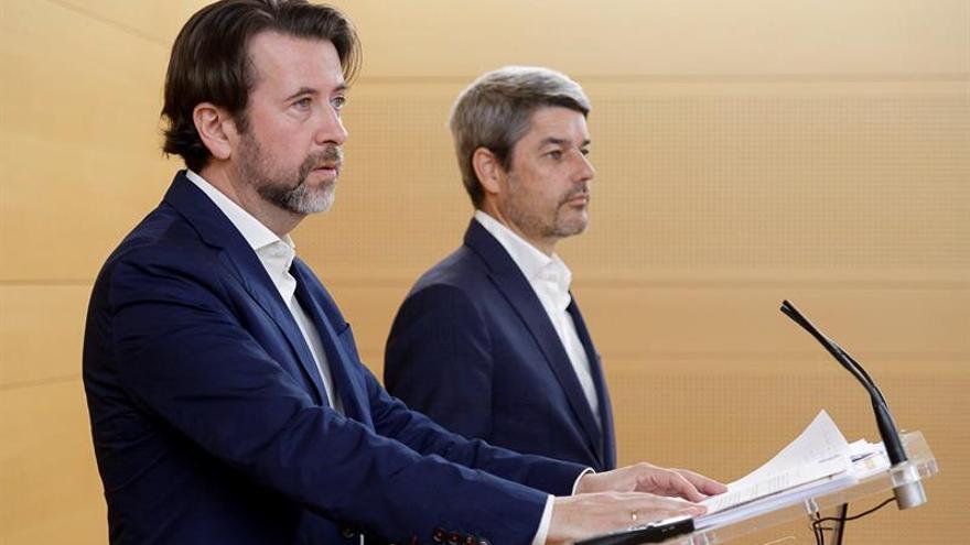 Carlos Alonso, presidente del Cabildo de Tenerife, y Alberto Bernabé, consejero insular de Turismo, en la rueda de prensa de este viernes