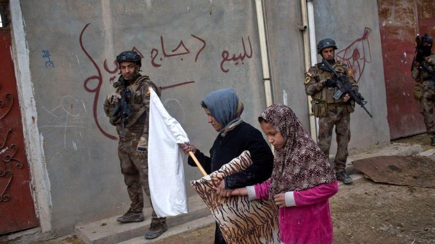 Las personas cuyas zonas sufren la intensificación de los ataques con el avance del ejército iraquí son trasladadas forzosamente por el Estado Islámico o, si no pueden huir a zonas más seguras, son utilizadas como escudos humanos © AP Photo/Marko Drobnjakovic