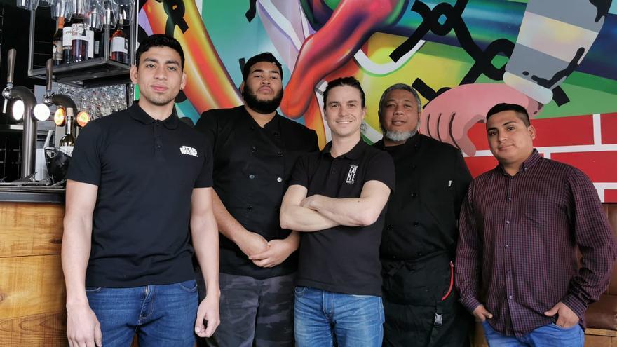 David Langa, dueño de la hamburguesería Eat Me, y su equipo