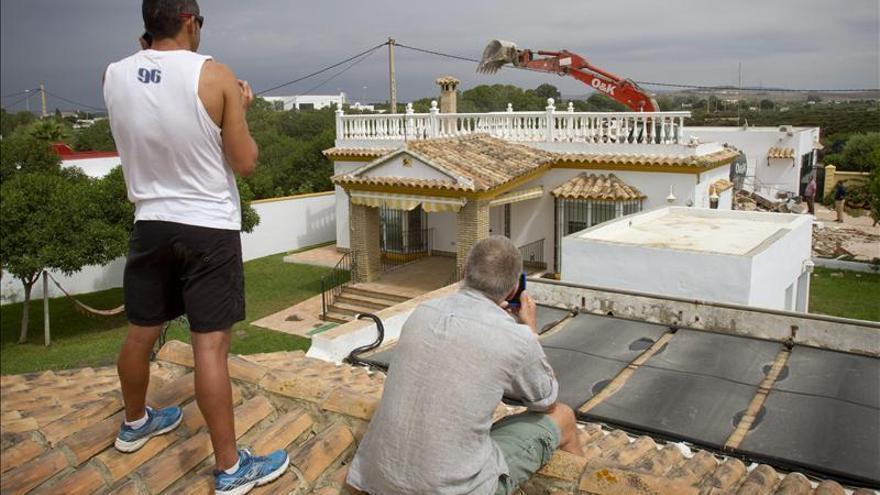 La Junta derriba una nueva casa ilegal de veraneo en la playa de El Palmar