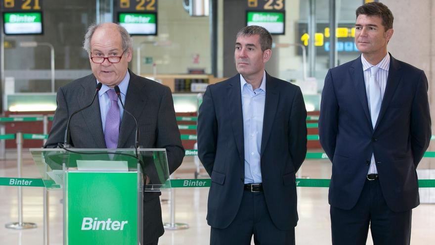 Pedro Agustín del Castillo, presidente de la compañía aérea, junto a Fernando Clavijo y Guillermo Díaz Guerra, este viernes