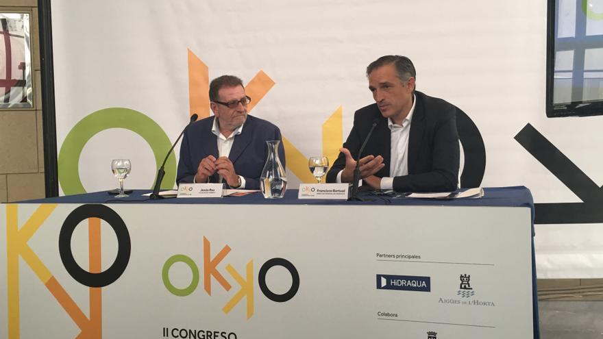 El alcalde de Torrent, Jesús Ros (izquierda), y el director general de Hidraqua, Francisco Bartual