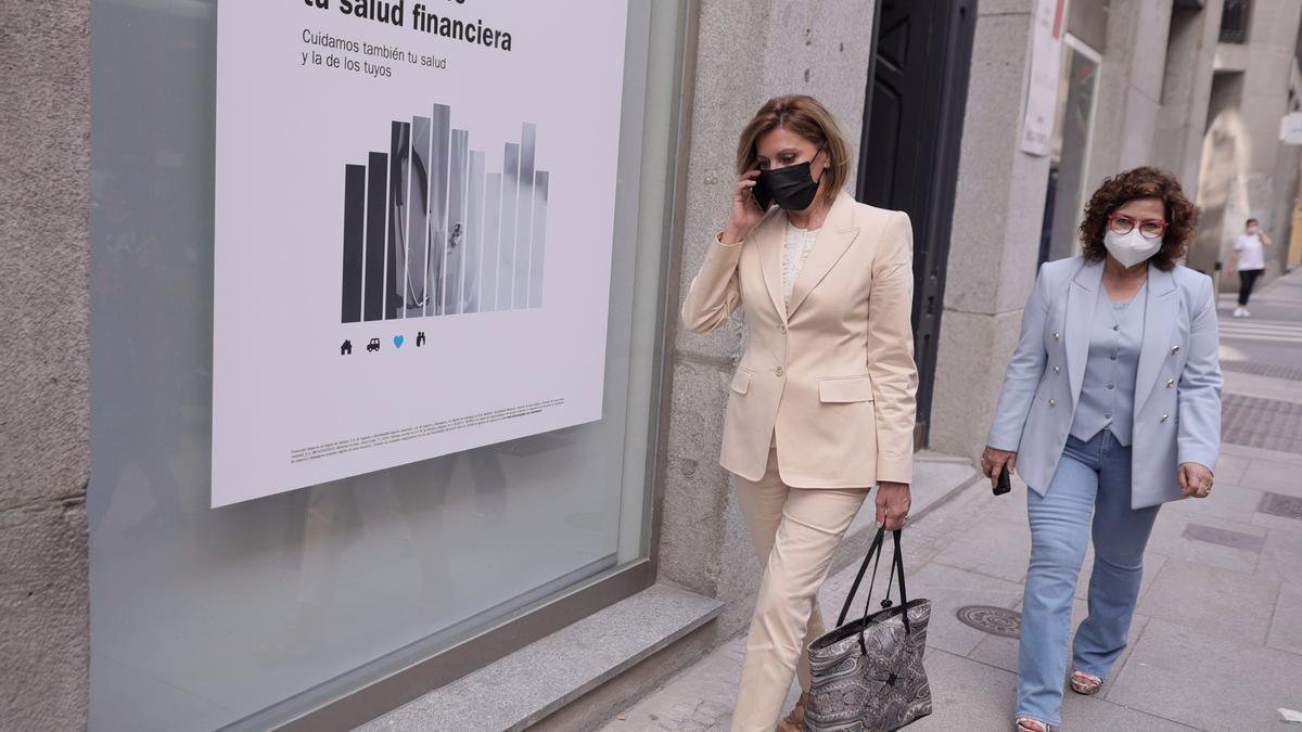 La ex secretaria general del PP y ex ministra María Dolores de Cospedal (i), sale del Congreso de los Diputados tras comparecer en la Comisión de Investigación relativa a la  'Operación 'Kitchen', a 2 de junio de 2021, en Madrid (España).