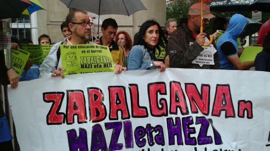 Familias del barrio de Zabalgana exigen otra escuela en su zona.